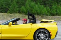 ルーフは電動開閉式のソフトトップ。車速50km/h以下なら、走行中でも開閉が可能だ。