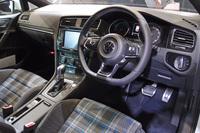シートは「GTI」との関連性を感じさせるチェック柄。ただしGTIのレッドに代わってブルーのアクセントが用いられる。