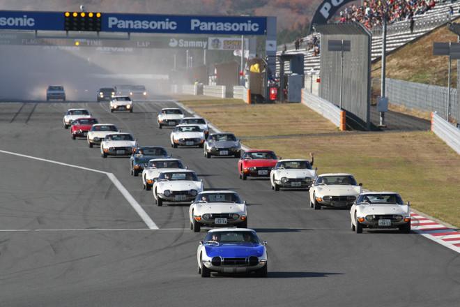 レーシングコースにおける最初の走行プログラムが「オーナーズクラブパレードラン」で、先頭は「トヨタ2000GT」。この次がゲストの「いすゞ117クーペ」で、さらに「トヨタ・スポーツ800」「AE86レビン/トレノ」「80系スープラ」……と続いた。