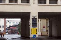 旧本社の正門を入ったところには、「アダム広場」というプレートとともに、今もアダム・オペルのレリーフが掲げられている。すでにオペルは建物の所有権を売却しているが、登記上の本社所在地は、いまなおここにある。