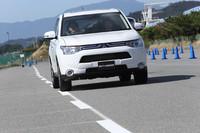 「車線逸脱警報システム(LDW)」は、高速走行時(約65km/h以上)に車線を逸脱しそうになると警報音を発する。