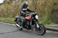 カワサキのネイキッドバイク新型「Z900RS」に試乗する筆者。Z900RSのご先祖にあたる「Z1」のオーナーでもある。