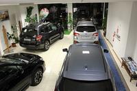 ショールームの面積は200平方メートル。新車4台が並ぶ。
