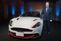 アストンマーティンの社長兼最高経営責任者であるアンディ・パーマー氏と、新型「アストンマーティン・ヴァンキッシュS」。