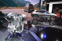 世界初の量産型可変圧縮比ターボエンジン「VC-T」(左)。向こうに見えるのは、コンセプトカーの「インフィニティQXスポーツインスピレーション」。