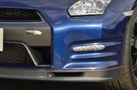 「For TRACK PACK」装着車のノーズには、ブレーキキャリパー冷却用のエアダクトが設けられたカーボン製スポイラーが付く。