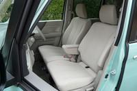 フロントシートはベンチ式で、全車に収納ボックス付きのセンターアームレストを装備。助手席のシートバックを倒せば、長さのある荷物を積むことも可能だ。