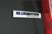 アイドリングストップ機能とブレーキエネルギー回生システムが追加された新型「up!」には、「ブルーモーションテクノロジー」のバッジが添えられる。