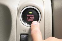 プッシュスターター(オプション)は、ステアリング右側のダッシュボードに配される。