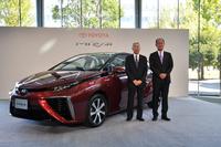 2014年11月に行われた「トヨタ・ミライ」の発表会の様子。写真は実車と共に撮影に応じる、トヨタ自動車取締役副社長の加藤光久氏と、製品企画本部主査の田中義和氏。