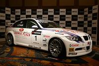 2008年WTCCのエントリー車両は、写真の「BMW 320si」ほか、「シボレー・ラセッティ」「セアト・レオン」「ホンダ・アコード」が名を連ねる。