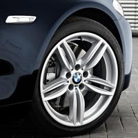 フロント245/45R18、リア275/40R18サイズのランフラットタイヤが装着される。