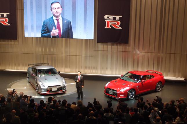 2013年11月19日。「東京モーターショー2013」開催前夜に、日産のハイパフォーマンスモデル「GT-R NISMO」(写真左)が発表された。傍らに立つのは、あいさつを述べるカルロス・ゴーンCEO。