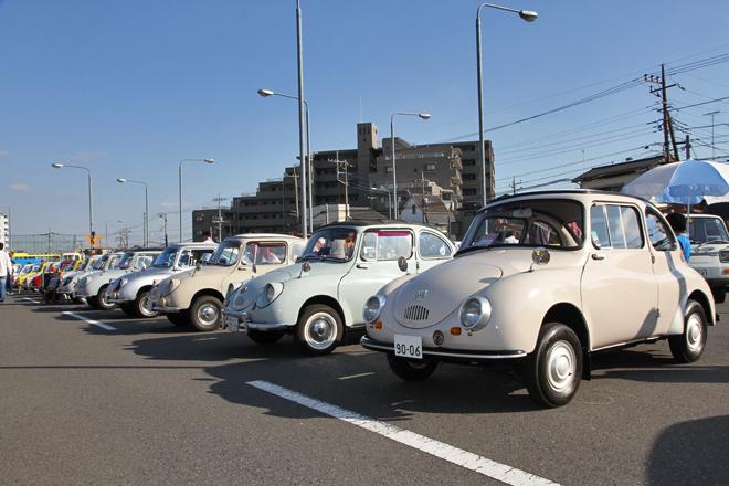 スバルは続くよどこまでも。軽自動車というカテゴリーを確立した、日本が世界に誇る傑作車である「スバル360」が、通称デメキンと呼ばれる初期型(1962年)から最終発展型となる高性能版の70年「ヤングSS」まで12台、ズラッと並んでいた。