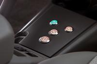 テスラの既存モデル「ロードスター」を思わせる、センターコンソールの走行モード選択ボタン。