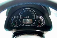 「e-up!」のメーター。左からパワーインジケーター、スピードメーター、バッテリー残量計。