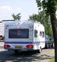 オランダからやってきたと見られる、黄色いナンバーのキャンピングトレーラー。