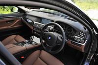 全体に見慣れた、BMWの文法にのっとったインテリア。ただしウッド部分の手触りや金属部分のテカり加減など、各部のフィニッシュレベルは高い。物入れのフタがスーっと開く感覚は、レクサスを思わせた。