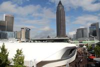 アウディの巨大仮設パビリオン(手前の白い建物)のためか、通行人がジオラマ人形のように見える。