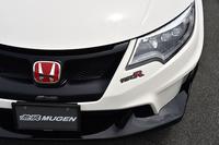 フロントエアロバンパーには、左側ヘッドライトのそばに、立体的な「TYPE R」ロゴが添えられる。
