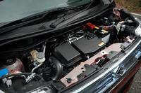 「S-エネチャージ」を採用する「ワゴンRスティングレー X」のエンジン。モーターアシスト機構の追加だけでなく、エンジン自体にも燃焼効率の改善やフリクションの低減など、各所に改良を施している。