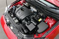 新開発の1.5リッターガソリンエンジン(111ps、14.7kgm)にはi-ELOOPは付かず、i-stopのみを採用。JC08モード燃費は19.2~19.6km/リッター(FF車)。