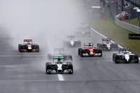 直前に降った雨のため全車ウエットタイヤを履いてスタート。トップでターン1を目指すポールシッターのニコ・ロズベルグ(先頭)、バルテリ・ボッタス、セバスチャン・ベッテルらが続いた。(Photo=Red Bull Racing)
