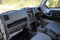商用車ならではの、機能性に特化したインストゥルメントパネルまわり。トレーやポケット、ドリンクホルダーなど、収納は充実している。