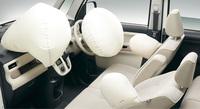 デュアルSRSエアバッグは全車標準装備。運転席と助手席のSRSサイドエアバッグは、一部グレードに採用されている。