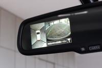 コンパクトクラスでは、初めてアラウンドビューモニターを搭載。4つのカメラから得られる周辺映像は、ルームミラー上で確認することができる。