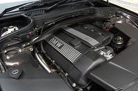 BMWらしく、フロントミドにマウントされたエンジン。前後重量配分は、前:後=940kg:880kgである。