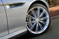 テスト車は、オプションの20インチアルミホイールを履く。その奥に見えるカーボンセラミック製のブレーキディスクは全車標準。レスポンスと耐フェード性に優れるとされる。