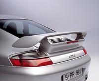 黄色のブレーキキャリパーがセラミックコンポジットブレーキの証。従来のメタルブレーキより重量が50%低減、バネ下重量は16.6kg減少したという。GT2のリアスポイラーは固定式。911ターボより、高く、後方に配置され、より大きなダウンフォースを生み出す。CD値は、0.34と記される。