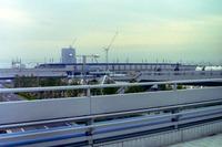 まだ開業3年目だった京葉線の海浜幕張駅をのぞむ。走っているのは、他線からのお下がりである103系電車と思われる。