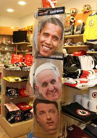 イタリアの土産物店で。フランシスコ教皇のお面がオバマ米大統領やレンツィ伊首相のものと共に販売されているのは、その人気ゆえであろう。