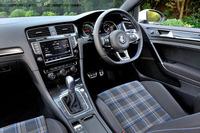 「GTI」のアクセントカラーが赤であるのに対し、「GTE」は青。ステアリングやシフトブーツなど、室内の随所に青いアクセントがちりばめられている。