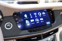 「CUE」と呼ばれるインフォテインメントシステム。タッチスクリーンに加え、センターコンソールのタッチパッドでも操作が可能となった。