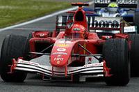 王者復活――序盤3戦で2点しか獲得していなかったミハエル・シューマッハーは、ここにきて競争力をあげてきた「フェラーリF2005」を2位の座に導いた。悔やまれるのは予選2回目の失敗。燃料を多く積んだ重めのマシンでバンプに乗り上げ、難しい複合コーナー「リヴァッツァ」でコースオフ。13番グリッドというきわめて不利な位置からスタートせざるを得なかったのだ。それでもチームメイトのルーベンス・バリケロと比べたら、シューマッハーははるかに幸運だった。バリケロは10番グリッドから8位を走行し、19周目に電気系トラブルで戦列を去った。(写真=フェラーリ)