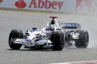 27周目、2位を争うライコネンとコバライネンの隙を突き2台まとめて見事オーバーテイク、2位でフィニッシュしたニック・ハイドフェルド。(写真=BMW)