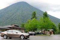 日本百名山のひとつにも数えられる男体山と「ジャガーXF」。秋になると、この山が赤や黄色に染まります。
