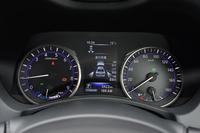 2眼式のアナログメーターは、左がエンジン回転計、右が速度計になっている。中央の液晶画面には、各種の車両情報や安全装備の警告などが表示される。