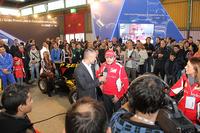 2012年ボローニャモーターショーの会場風景。衛星テレビが元F1ドライバー、ジャンカルロ・フィジケラをインタビューする。