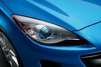 ヘッドライトに青いリングが備わるのは、「デミオ」同様、スカイアクティブ搭載モデルの識別点。