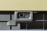 フロントグリル内に設置されたレーザーセンサー。緊急自動ブレーキや誤発進抑制制御機能などからなる予防安全装備「スマートアシスト」は、全グレードで選択が可能。