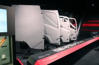 ミュージアムエリア2階の、「いすゞのくるまづくり」をテーマとする展示の一部。これは生産におけるプレス工程を紹介したコーナーで、疑似体験もできる。