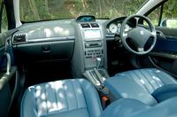 「407 SW」のインパネ。テスト車は、受注生産のコバルトレザー内装である。