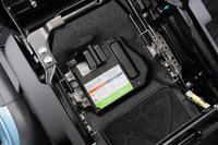 「S-DJE」と「X-DJE」には、ブレーキエネルギー回生機構の「エネチャージ」も採用。助手席の下には、専用のリチウムイオンバッテリーが備わる。