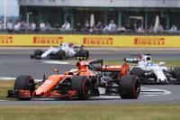 F1ドライバーとして初のフルシーズンを戦っているマクラーレンのストフェル・バンドールン(写真)は、予選でチームメイトのアロンソを初めて上回り9位。ボッタスのペナルティーでひとつ繰り上がり、自身最高位の8番グリッドからレースに臨んだ。スタートからポイント圏内の9位を走行するも、11位完走で今季初得点はならず。(Photo=McLaren)