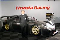 マシンの前に立つのは、瀧敬之介Honda GTプロジェクトリーダー。フレームの高剛性、インパクトあるリアウィングステイ、フロントウィンドウのV字パイプ、そしてエキゾーストサウンド……お披露目の場で、ニューマシンへのこだわりを熱く語った。