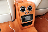 """センターコンソール後端の「タッチスクリーンリモート」(取り外し可能)を使って、後席からも""""インフォテインメント""""が操作できる。ナビやオーディオのほか、エアコンやシートヒーターの調整も可能。"""